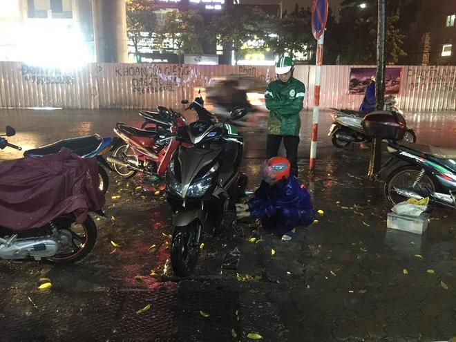 Chùm ảnh: Giao thông Hà Nội tê liệt vì ngập sâu, ô tô, xe máy chết máy hàng loạt. 7