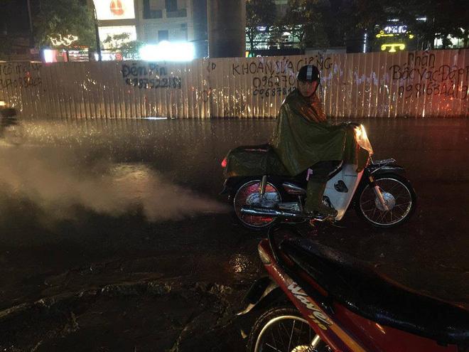 Chùm ảnh: Giao thông Hà Nội tê liệt vì ngập sâu, ô tô, xe máy chết máy hàng loạt. 3