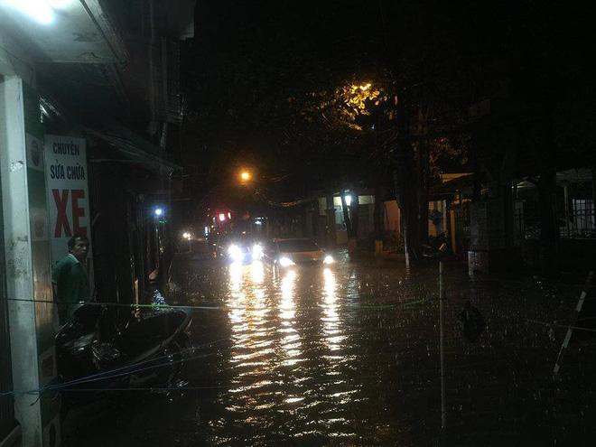 Chùm ảnh: Giao thông Hà Nội tê liệt vì ngập sâu, ô tô, xe máy chết máy hàng loạt. 4