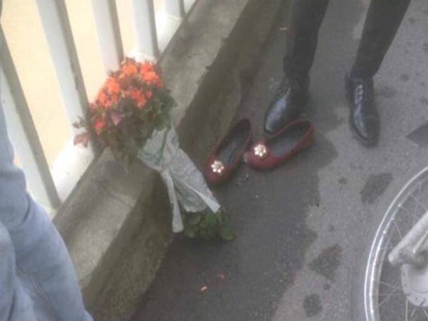 Bàng hoàng cảnh cô gái nhảy cầu để lại đôi giày và bó hoa hồng 1