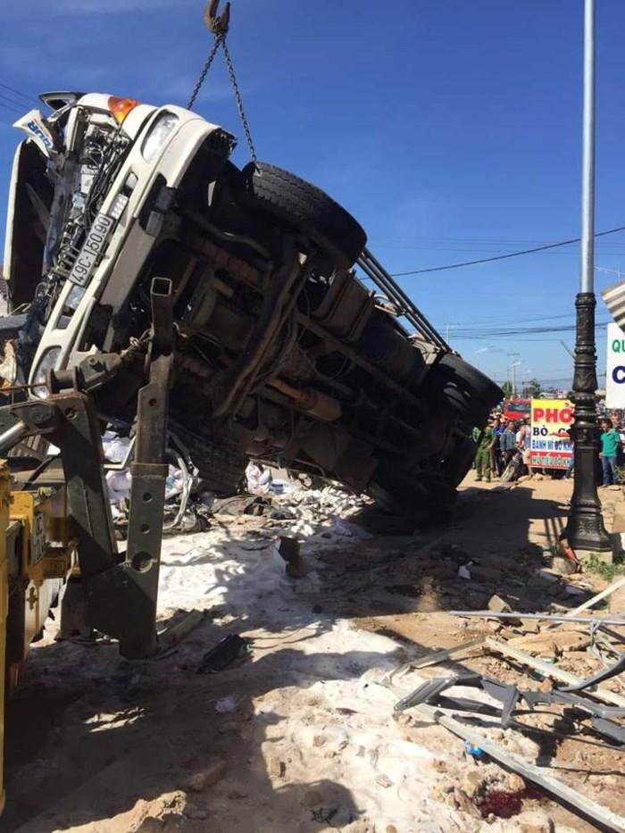 Hình ảnh Tai nạn thảm khốc: Xe tải mất lái tông hàng loạt người đi đường, 5 người tử vong số 1