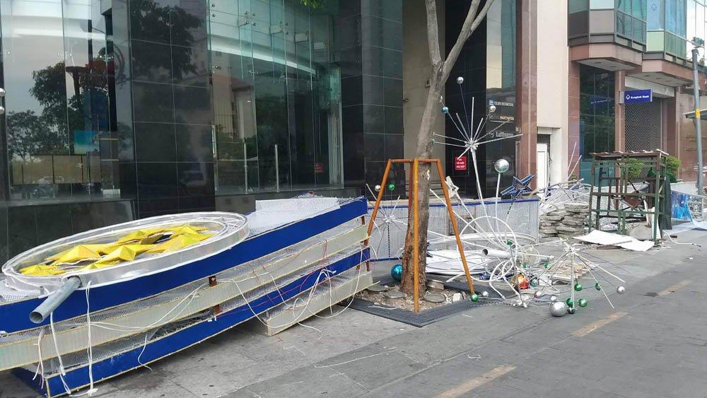 Hai cổng chào phố đi bộ Nguyễn Huệ bất ngờ đổ sập, đè trúng người đi đường 3