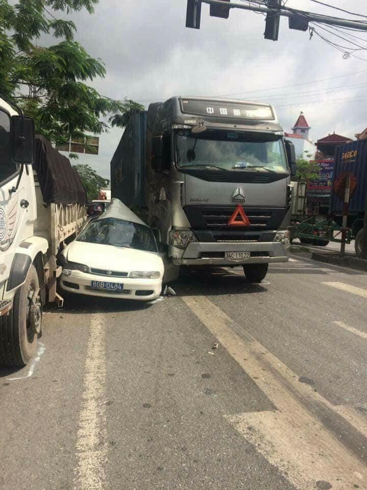 Xe biển xanh bị vò nát giữa xe tải và container, tài xế may mắn thoát chết 2
