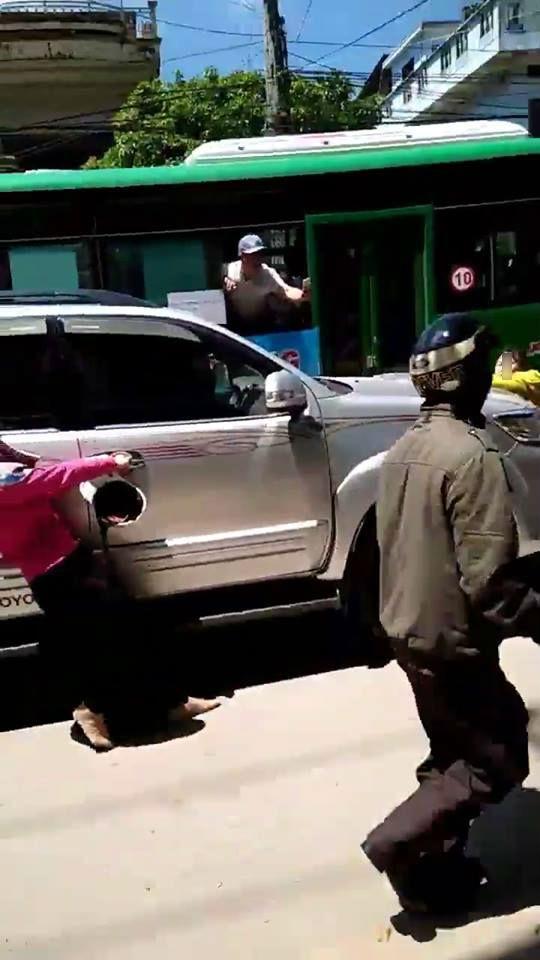 Phát hiện chồng chở bồ nhí trong xe ô tô, vợ liều mình đu lên nắp capo đánh ghen giữa đường 3