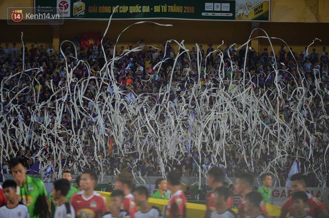 CĐV Hà Nội ném giấy vệ sinh trắng xóa khán đài sân Hàng Đẫy - Ảnh 4.