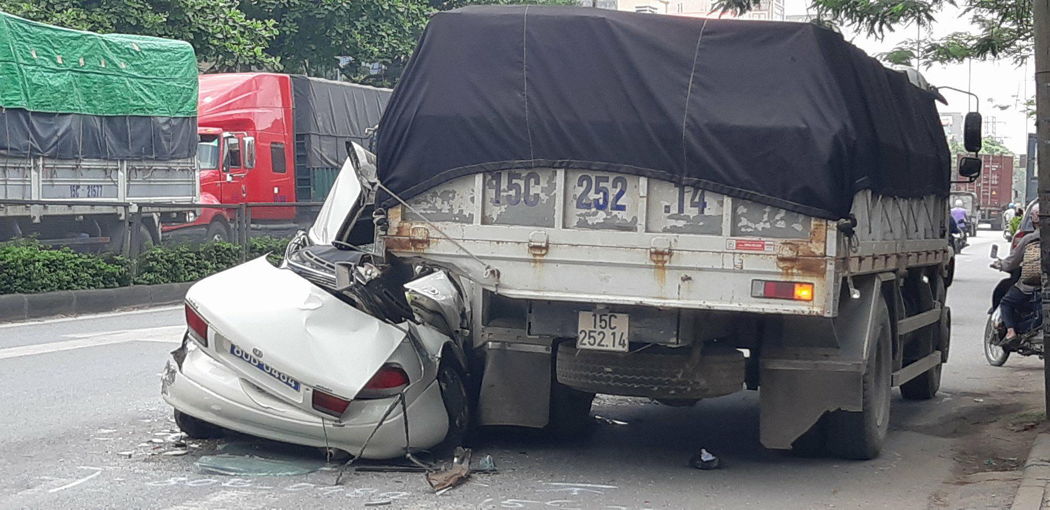 Xe biển xanh bị vò nát giữa xe tải và container, tài xế may mắn thoát chết 3