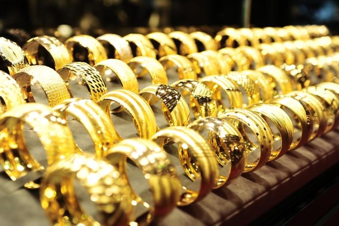 Hình ảnh Thị trường hàng hóa ngày 15/5: Giá dầu, thép, đồng, chì đảo chiều tăng, trong khi vàng, cao su, cà phê đồng loạt giảm số 2