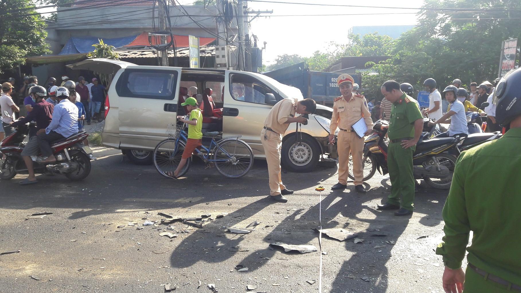 Hình ảnh Xe du lịch đấu đầu với xe tải, 6 người trọng thương, cả phường mất điện số 1