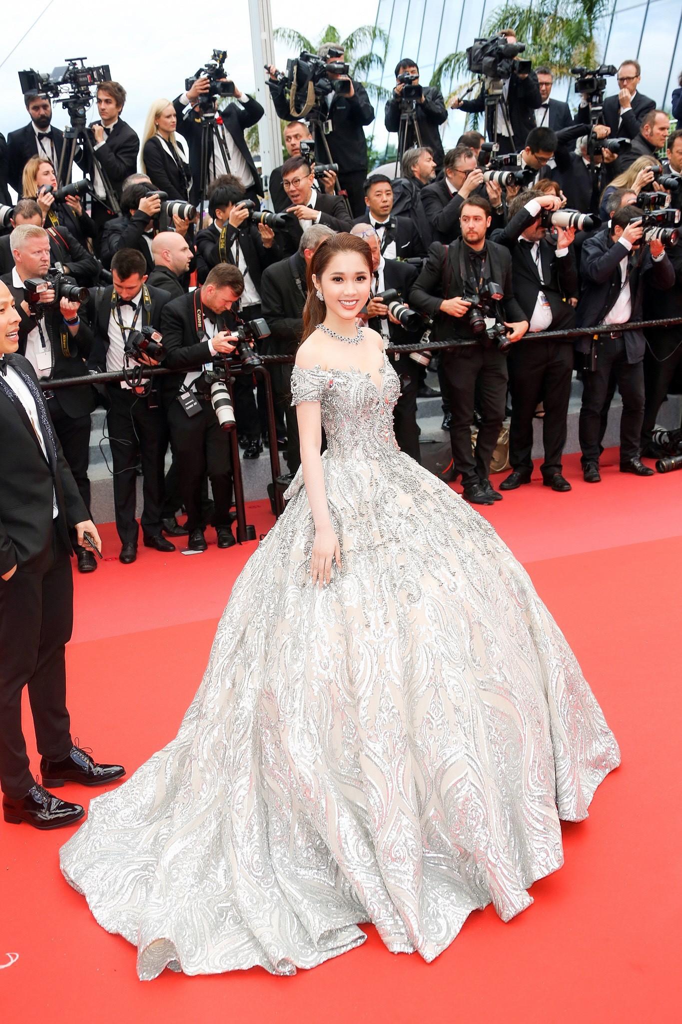Lần đầu đến Cannes, bản sao Ngọc Trinh xuất hiện lộng lẫy trên thảm đỏ với trang sức tiền tỷ - Ảnh 3.