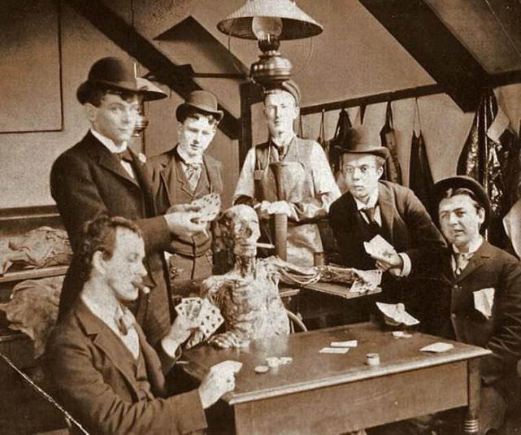 100 năm trước đây là những tấm ảnh bình thường, còn bây giờ càng nhìn càng thấy rùng rợn khó tả 13