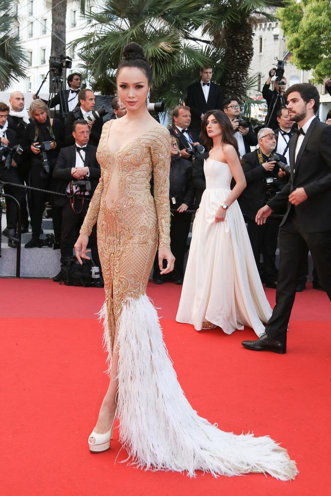 Tiếp tục diện đầm xuyên thấu lên thảm đỏ Cannes, Vũ Ngọc Anh khiến bộ váy như bị 'quá sức' vì không che được những vùng cần che 1