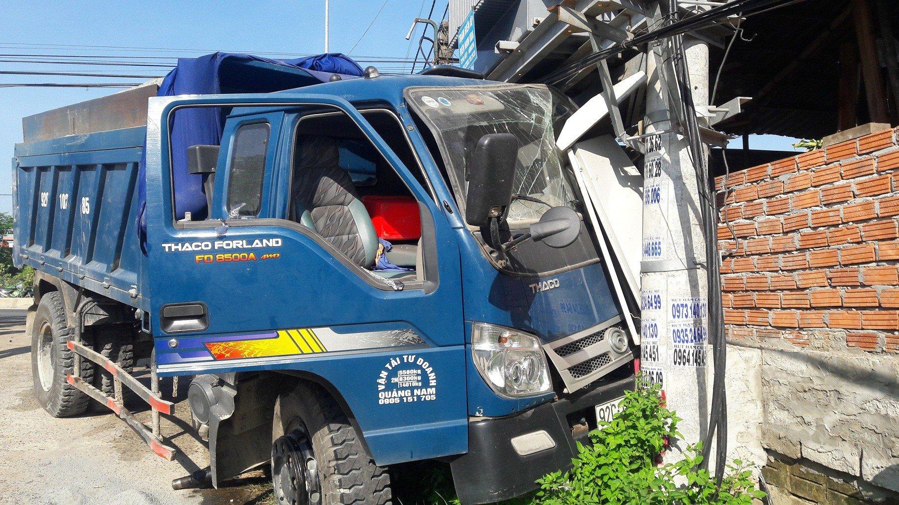 Hình ảnh Xe du lịch đấu đầu với xe tải, 6 người trọng thương, cả phường mất điện số 3
