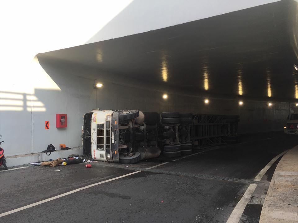 Hình ảnh Xe container lật ngang trong hầm chui Mỹ Thủy số 1