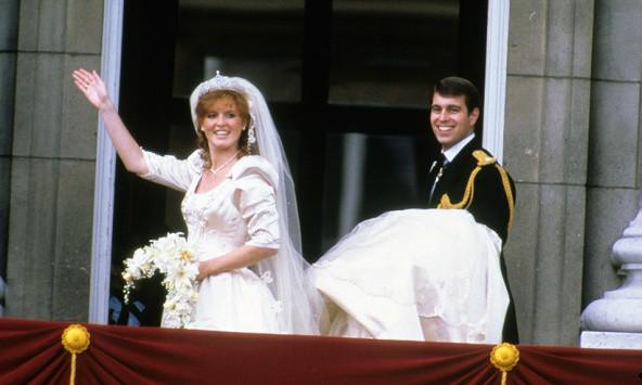 Không thể ngờ đây là món quà cho đám cưới hoàng gia: từ nhẹ nhàng áng thơ đến 'nặng trịch'... 1 tấn than bùn! 13