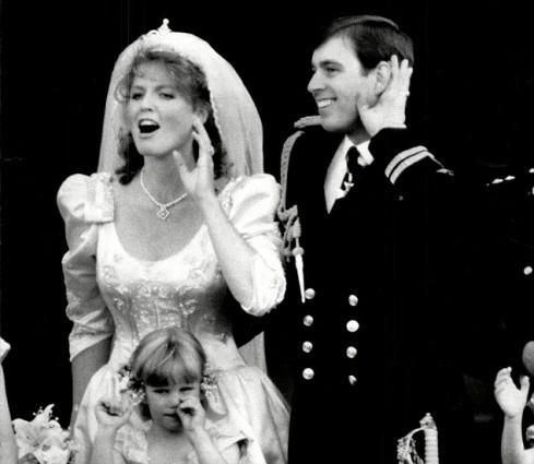 Không thể ngờ đây là món quà cho đám cưới hoàng gia: từ nhẹ nhàng áng thơ đến 'nặng trịch'... 1 tấn than bùn! 14