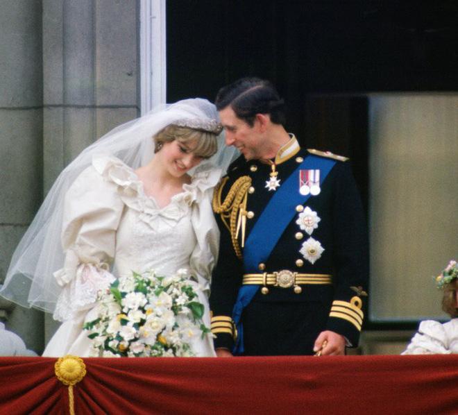 Không thể ngờ đây là món quà cho đám cưới hoàng gia: từ nhẹ nhàng áng thơ đến nặng trịch... 1 tấn than bùn! - Ảnh 16.