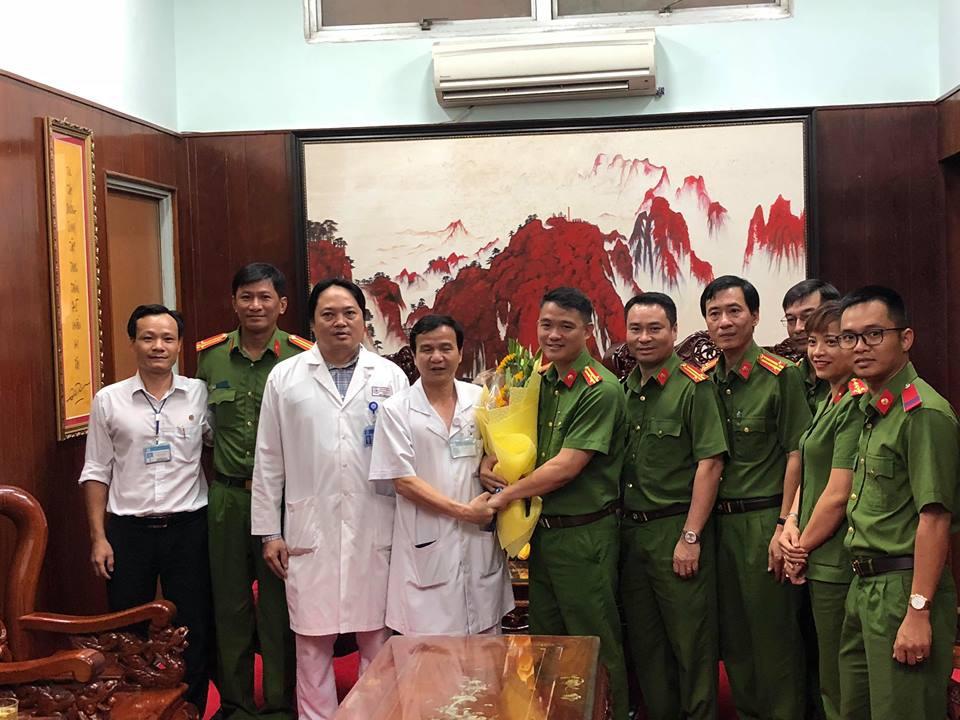 Nhận tiền khen thưởng thành tích phá án, Cảnh sát hình sự chuyển khoản cho các hiệp sĩ bị thương ở Sài Gòn - Ảnh 2.