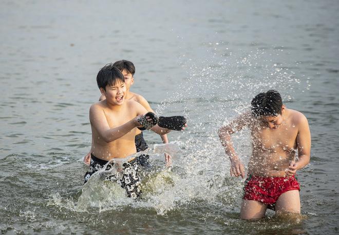 Nắng nóng gay gắt, người Hà Nội kéo nhau ra Hồ Tây tắm giải nhiệt 22