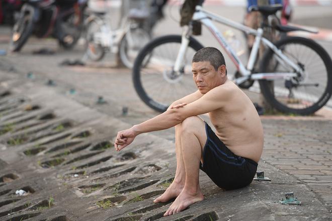 Nắng nóng gay gắt, người Hà Nội kéo nhau ra Hồ Tây tắm giải nhiệt 3