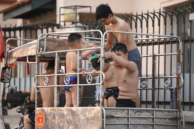 Nắng nóng gay gắt, người Hà Nội kéo nhau ra Hồ Tây tắm giải nhiệt 16