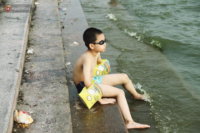 Nắng nóng oi bức, người dân Thủ đô bế chó cưng ra Hồ Tây cùng tắm để giải nhiệt dù có biển cấm 6