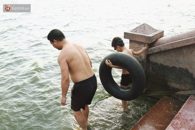 Nắng nóng oi bức, người dân Thủ đô bế chó cưng ra Hồ Tây cùng tắm để giải nhiệt dù có biển cấm 5