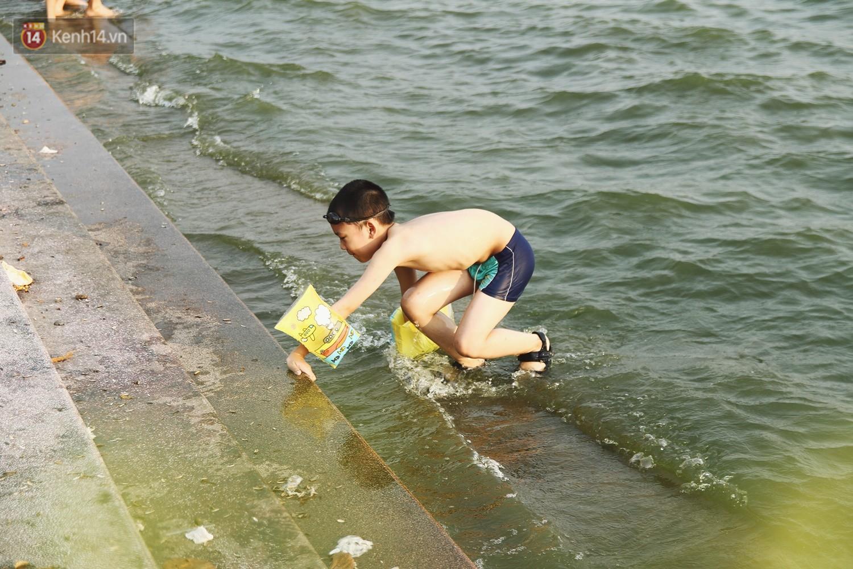 Nắng nóng oi bức, người dân Thủ đô bế chó cưng ra Hồ Tây cùng tắm để giải nhiệt dù có biển cấm 16