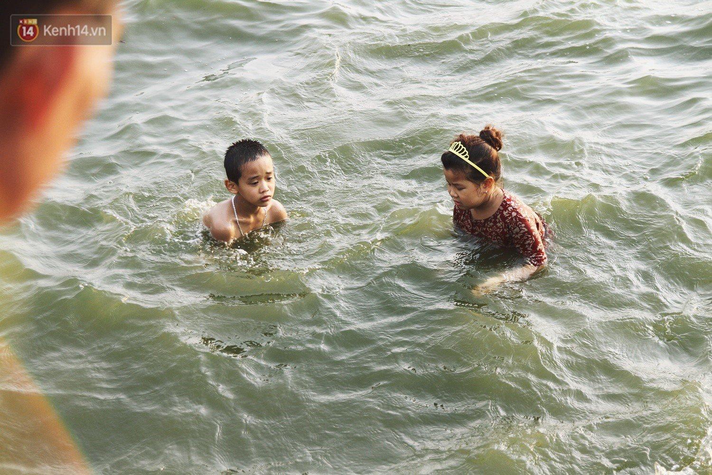 Nắng nóng oi bức, người dân Thủ đô bế chó cưng ra Hồ Tây cùng tắm để giải nhiệt dù có biển cấm - Ảnh 13.