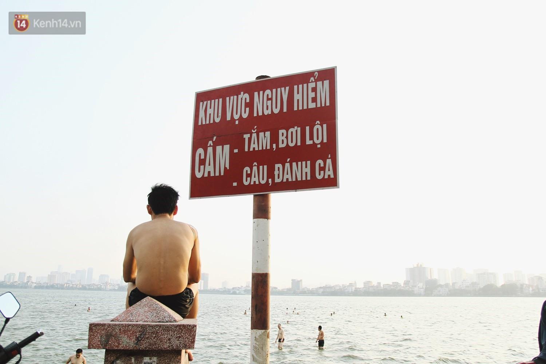 Nắng nóng oi bức, người dân Thủ đô bế chó cưng ra Hồ Tây cùng tắm để giải nhiệt dù có biển cấm - Ảnh 16.
