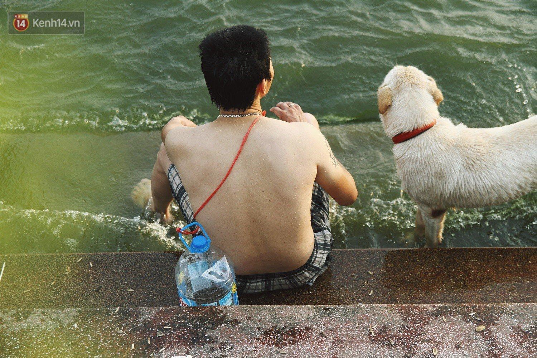 Nắng nóng oi bức, người dân Thủ đô bế chó cưng ra Hồ Tây cùng tắm để giải nhiệt dù có biển cấm 22
