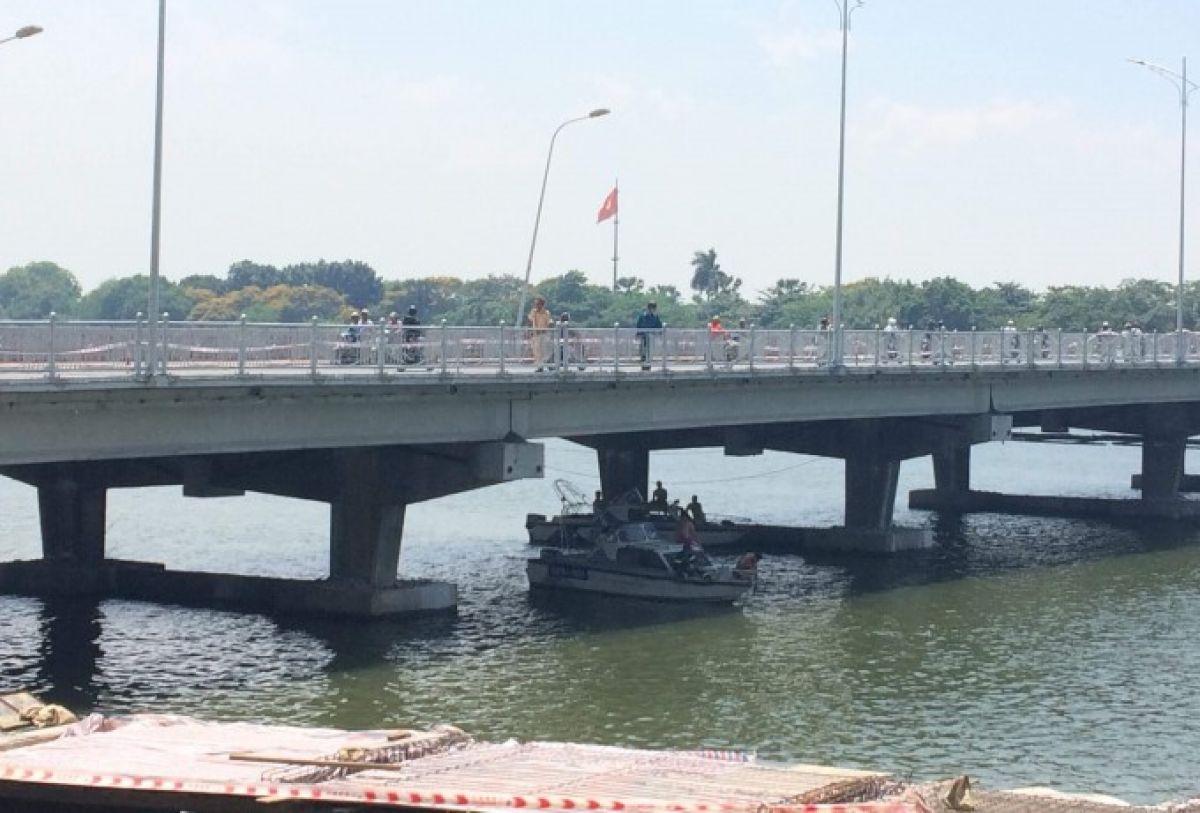 Hình ảnh Tìm kiếm người đàn ông ôm cháu bé lao xuống sông Hương tự tử số 1