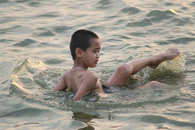 Nắng nóng gay gắt, người Hà Nội kéo nhau ra Hồ Tây tắm giải nhiệt 13