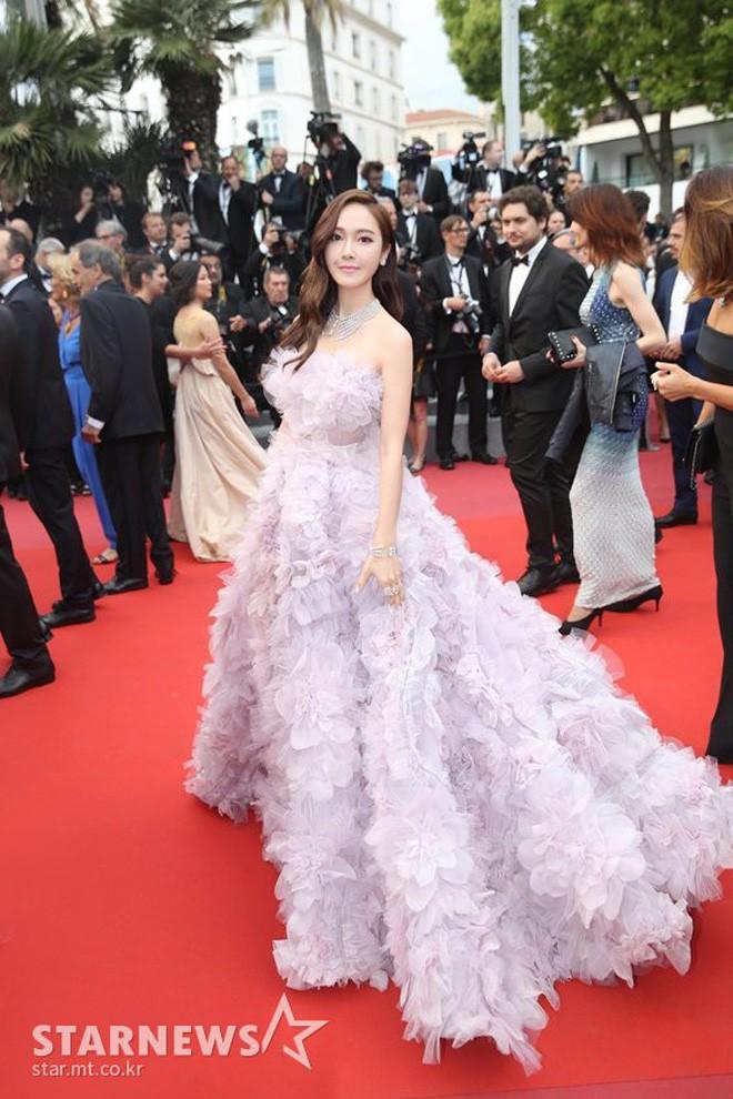 Cận cảnh khoảnh khắc lật mặt như bánh tráng của Jessica khi bị đuổi khéo vì câu giờ tạo dáng trên thảm đỏ Cannes - Ảnh 12.