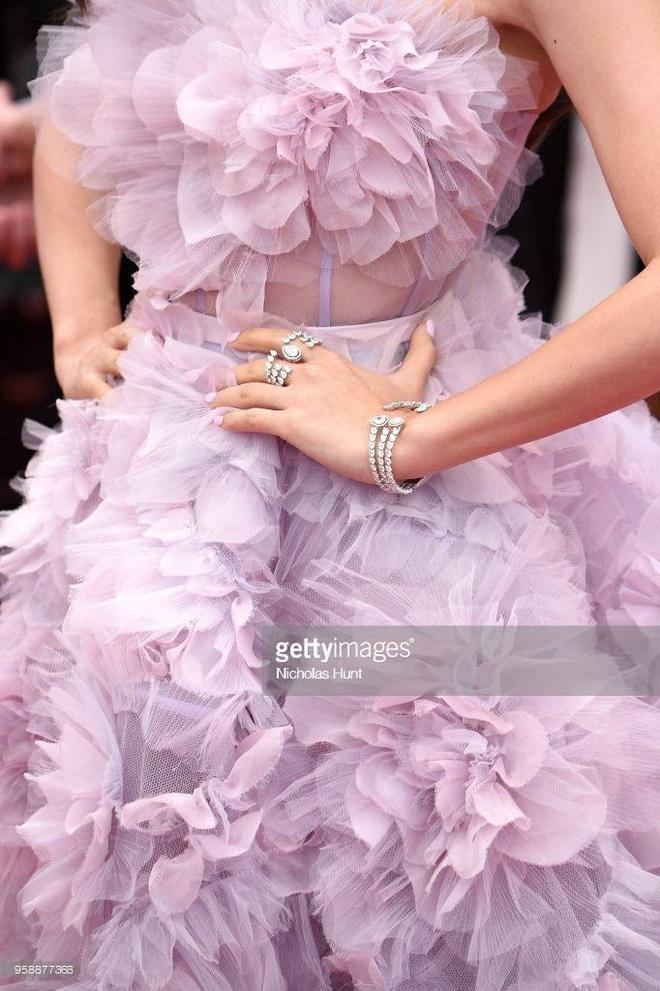 Cận cảnh khoảnh khắc lật mặt như bánh tráng của Jessica khi bị đuổi khéo vì câu giờ tạo dáng trên thảm đỏ Cannes - Ảnh 15.