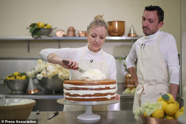 """Cận cảnh quá trình công phu làm ra chiếc bánh cưới """"lịch sử"""" của Hoàng tử Harry và Meghan Markle 2"""