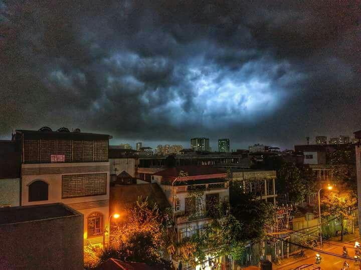 Cư dân mạng chia sẻ ảnh bầu trời Hà Nội đẹp dị thường do giông lớn 10