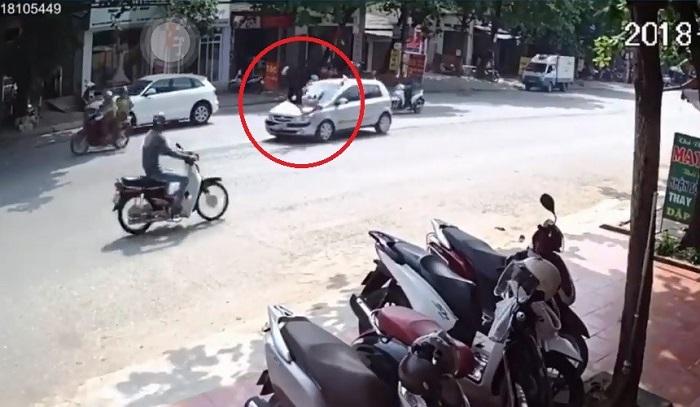 Clip: Ô tô chạy tốc độ cao tông cô gái qua đường văng lên nóc capo 1