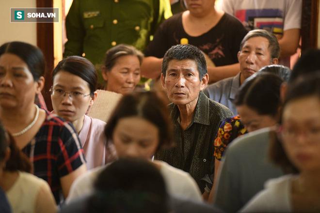 Người dân ngồi chật sân tòa xem xét xử vụ án thảm họa y tế Hòa Bình.