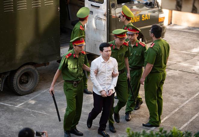 Hình ảnh Bác sĩ bị toà không cho nói trong phiên xử Hoàng Công Lương tiết lộ những chuyện chấn động về ngành Y số 13