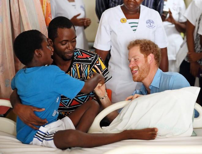 Hành trình trưởng thành của Hoàng tử Harry: Từ tay chơi đầy tai tiếng đến vị hoàng tử được ngàn người yêu mến, vạn cô gái ước ao 16