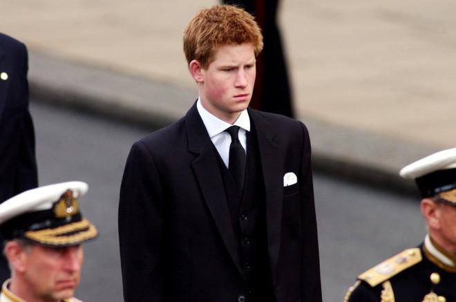 Hành trình trưởng thành của Hoàng tử Harry: Từ tay chơi đầy tai tiếng đến vị hoàng tử được ngàn người yêu mến, vạn cô gái ước ao 9