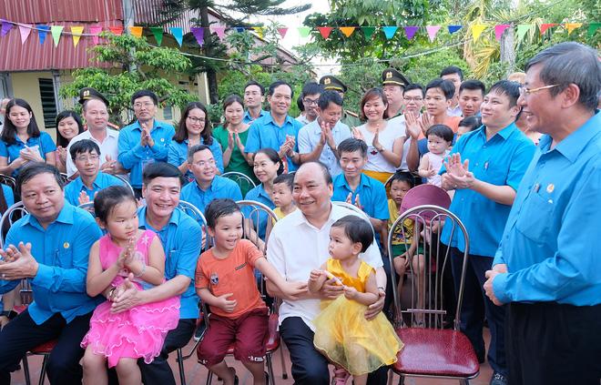 Thủ tướng thăm khu trọ của công nhân tại Hà Nam 7