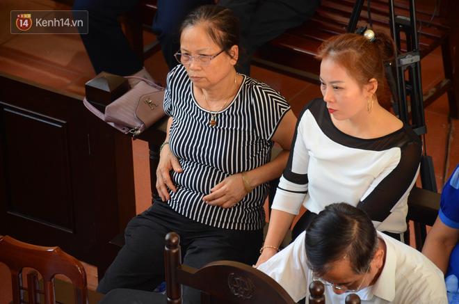 """Người nhà 9 nạn nhân tử vong do chạy thận nghẹn ngào trước tòa: """"Bác sĩ Lương không có tội, chúng tôi mong tòa tuyên ông ấy vô tội"""" 2"""