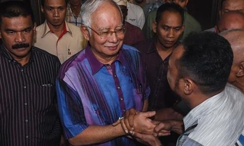 Cảnh sát Malaysia mỏi tay đếm 72 vali tiền của cựu thủ tướng Malaysia 2