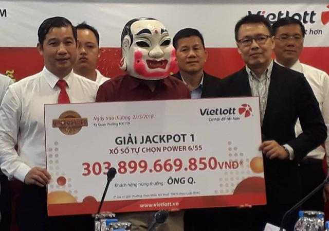 Tỷ phú độc đắc Vietlott 303 tỷ tặng tiền tỷ cho gia đình hiệp sĩ đường phố 1