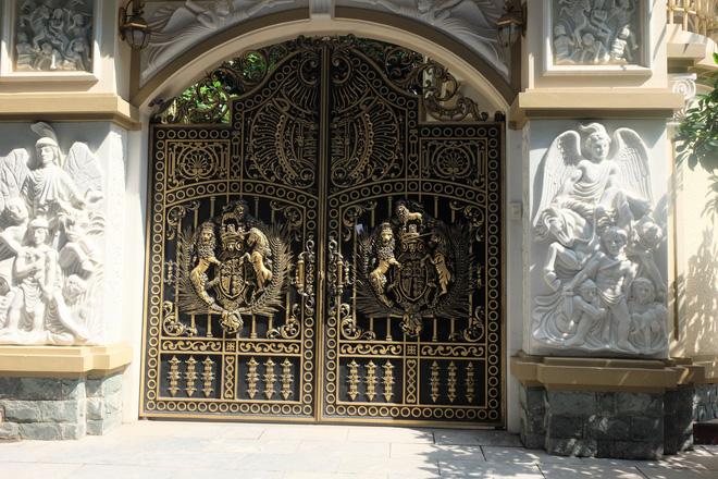 """Ngỡ ngàng bộ cổng tiền tỷ của biệt thự """"sinh ba"""" giữa lòng Hà Nội - Ảnh 10."""