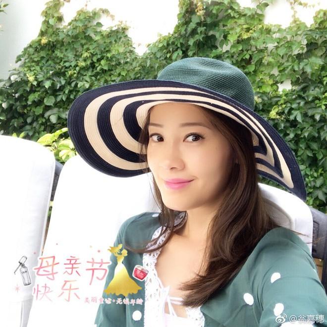 Cuộc sống đầy hương vị của nàng Hoa hậu bỏ hào quang showbiz, an phận làm vợ đại gia già hơn 20 tuổi 20