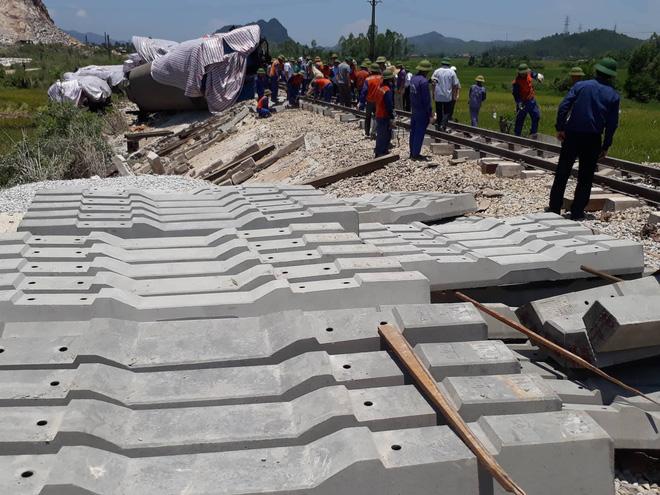 Cận cảnh khắc phục sự cố sau tai nạn tàu hỏa đâm xe ben khiến 10 người thương vong 6