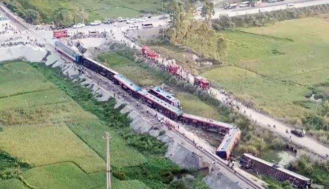 Tai nạn tàu hỏa ở Thanh Hóa: Khoan cắt đầu tàu đưa 2 thi thể ra ngoài 1