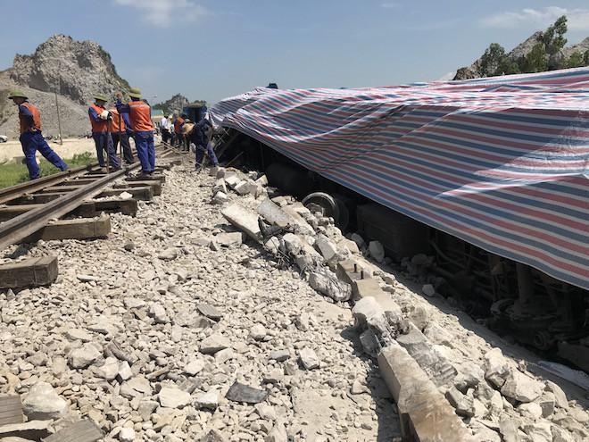 Cận cảnh hàng trăm mét đường ray bị lệch sau vụ tàu hỏa đâm xe ben 11